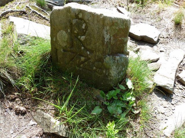 Historický mezník u sestupové cesty po zelené TZ pod Ztracenými kameny