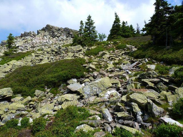 Náročný sestup po zelené TZ vede kamenitou sutí kolem Ztracených skal
