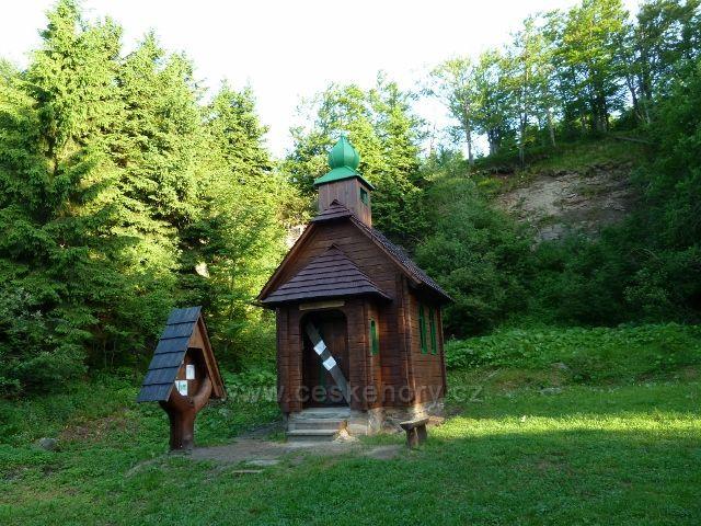 Kaplička zbudovaná na památku obětem hor nad Červenohorským sedlem