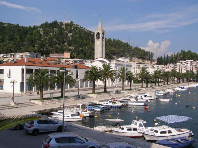 Pohled z hotelu na kolonádu