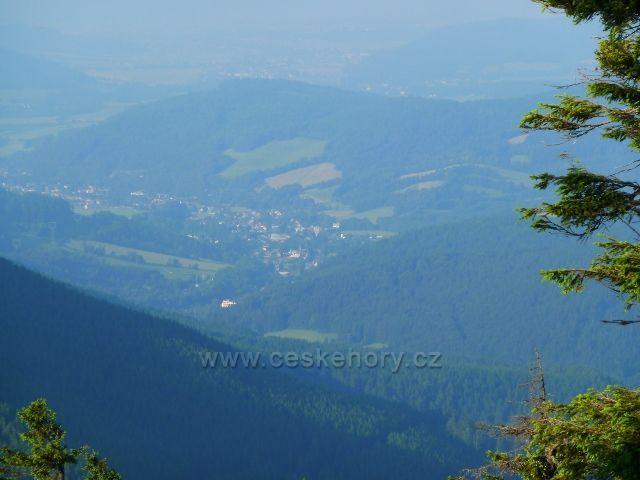 Pohled k Loučné nad Desnou z cesty na Vřesovou studánku