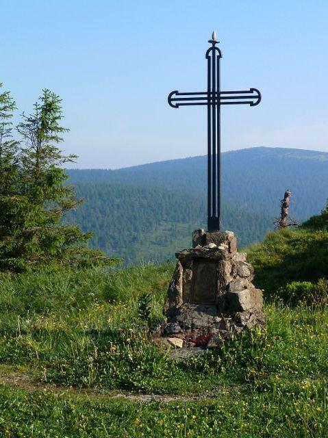 Místo, kde dříve na Vřesové studánce stával kostelík nám dnes připomíná železný kříž