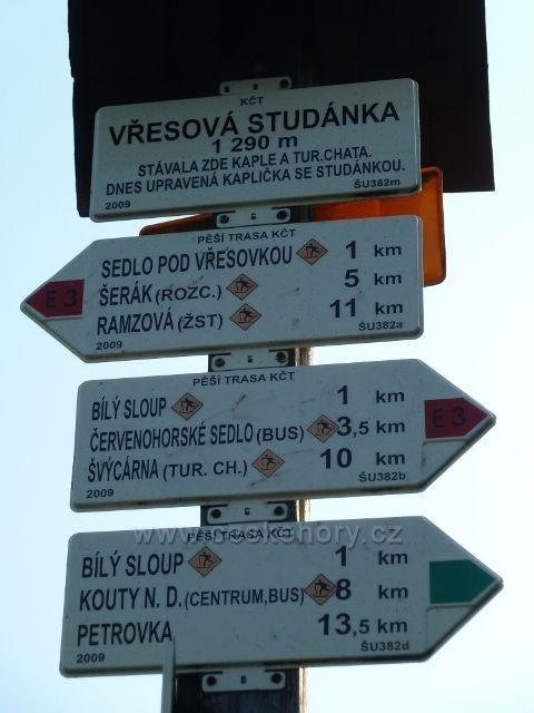 Turistický rozcestník na Vřesové studánce