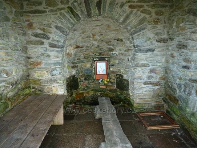 Interiér kapličky nad Vřesovou studánkou