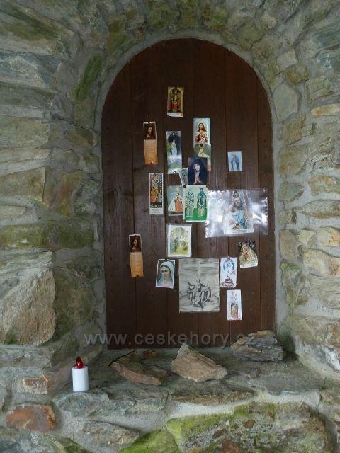 Svaté obrázky na vnitřní straně okenic  kapličky nad Vřesovou studánkou