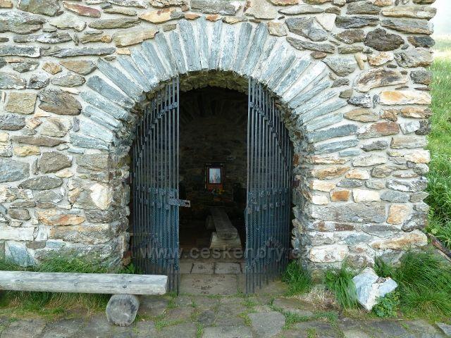 Vchod do kapličky skrývající Vřesovou studánku
