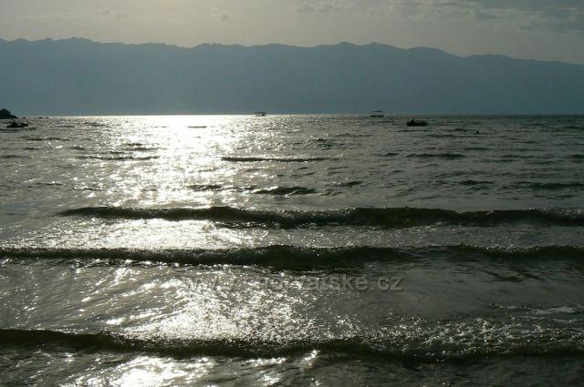 Ranní odlesk slunce v moři