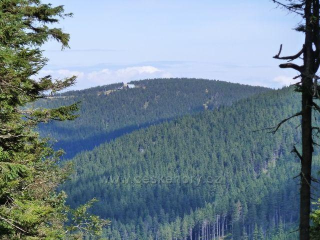 Pohled od rozcestí Nad Hášovo chatou ke stanici Lanovky na Šerák