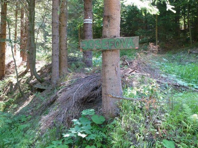 Místní označení odbočky ze silničky od Potoka Hučava k bývalé Josefové a k trase po zelené TZ