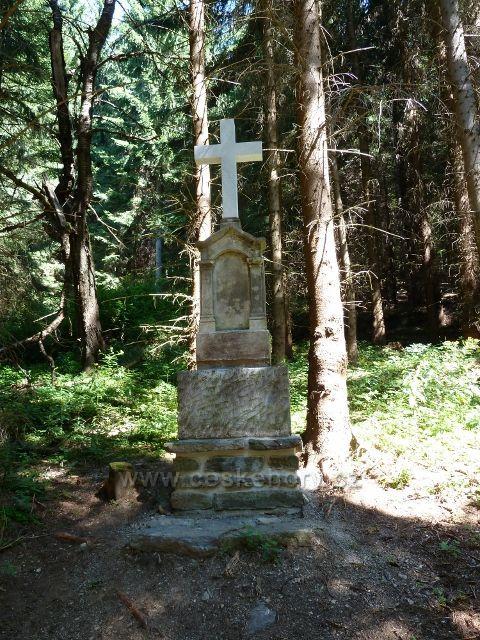Boží muka u bývalé trsy lesní železnice z Josefové do Aloisova