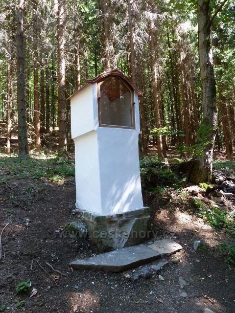 Kaplička u trasy bývalé lesní železnice do Aloisova