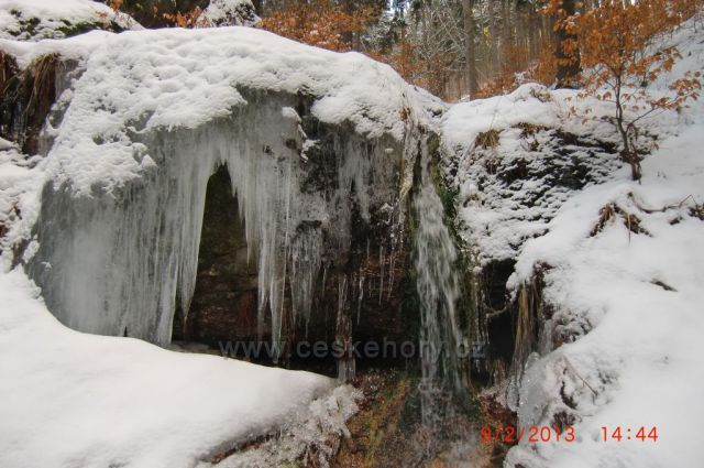 Zamrzlý potok ve skalách u Merklína