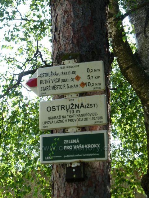 Ostružná - turistický rozcestník u nádraží ČD