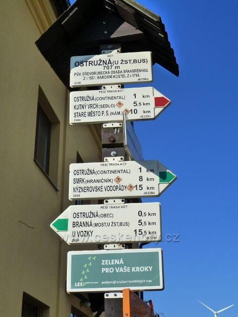 Ostružná - turistický rozcestník na rohu náměstíčka