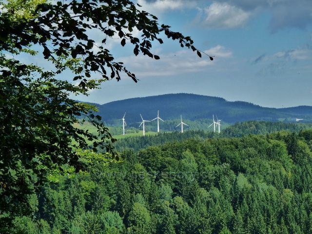 Pohled na větrné elektrárny v Ostružné ze silničky od Banjaluky na Volskou louku