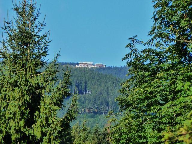 Pohled z údolí Javořického potoka v Mlýnkách na chatu Jiřího na Šeráku