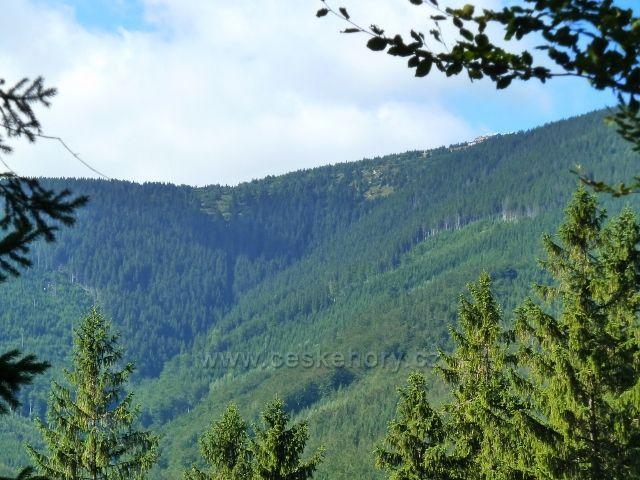 Pohled z cyklostezky nad Javoříkem na chatu Jiřího na Šeráku a do údolí pod ní