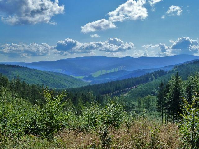 Pohled do údolí Bělé z cyklostezky 6208 vedoucí k Obřím skalám