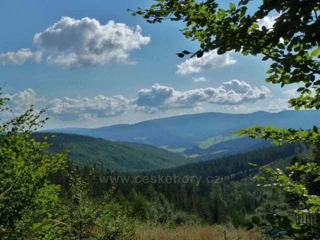 Pohled do údolí Bělé z cyklostezky vedoucí k Obřím skalám