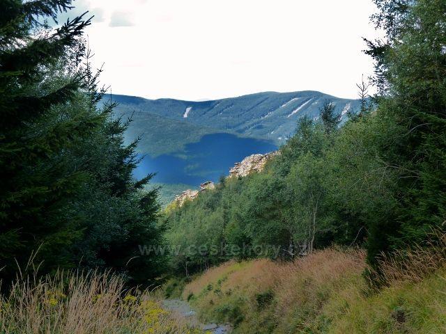 Pohled ze sestupové stezky z Obřích skal do protilehlých Rychlebských hor