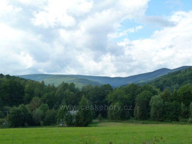 Pohled z Lázní Lipová na pásmo Rychlebských hor