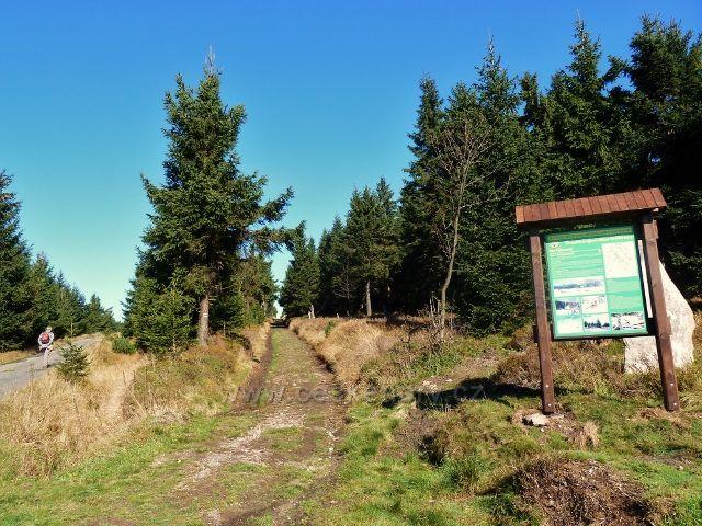 Pěticestí - cyklostezka vede po Bunkrovce a souběžně vede Jiráskova stezka ke Kunštátské kapli