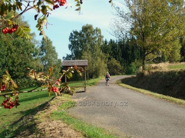 Pastviny - sedánek u cyklostezky nad vlekem