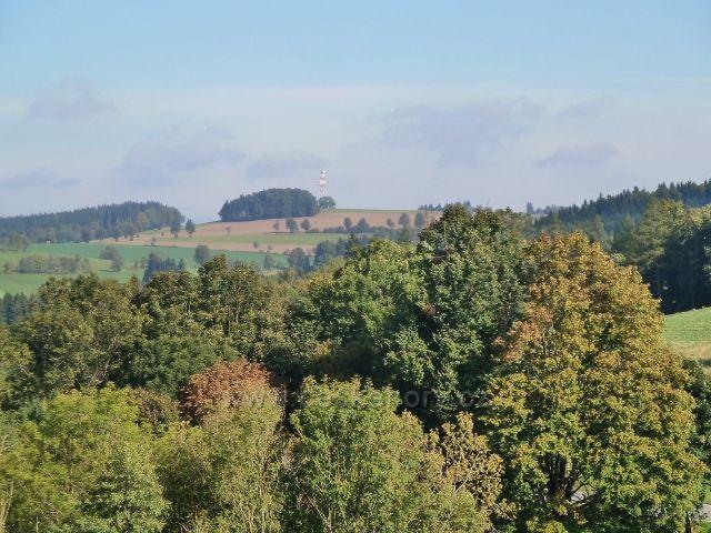 Pastviny - pohled na vrch Bučina s telekomunikační věží nad Jedlinou