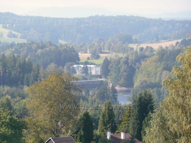 Pastviny - pohled na přehradní hráz a správní budovu elektrárny