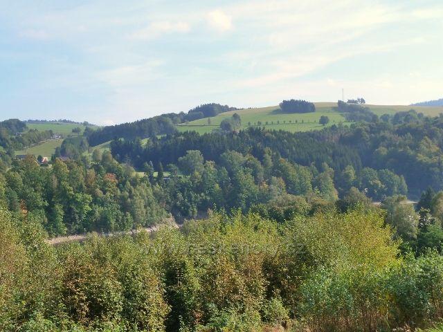 """Pastviny - pohled na protilehlý vrch """"Na Vrších"""""""
