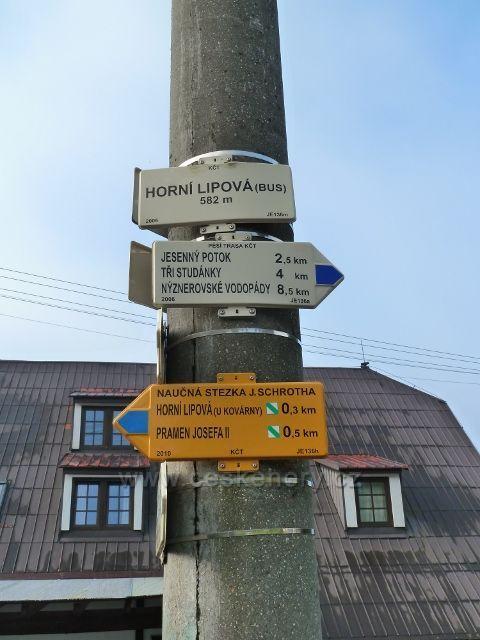 """Horní Lipová - turistický rozcestník u penzionu""""Pod Smrkem"""""""