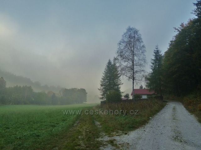 Horní Lipová - ranní mlha na cyklostezce 6208 do Ramzové