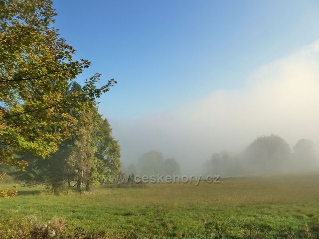 Horní Lipová - ranní mlha pod vrstevnicovou cestu nad Lesní bar