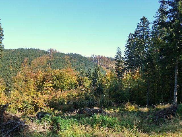 Horní Lipová - pohled z cyklostezky 6044 na hřeben  vrchu Jesenný /806 m.n.m./