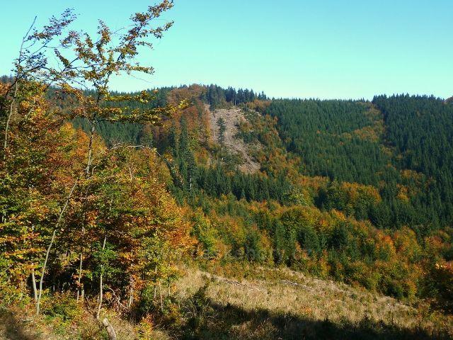 Horní Lipová - pohled z cyklostezky 6044 na protilehlý hřeben mezi Lučním vrchem a Jesenným