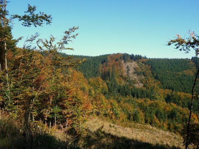 Horní Lipová - pohled z cyklostezky 6044 do sedla mezi Jesenným a Lučním vrchem