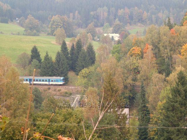 Rychlík do Jeseníku vyjíždí ze Slezského semeringu - foto od žst. Horní Lipová