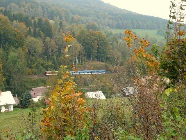 Rychlík z Jeseníku přijíždí do Slezského semeringu - foto od žst. Horní Lipová