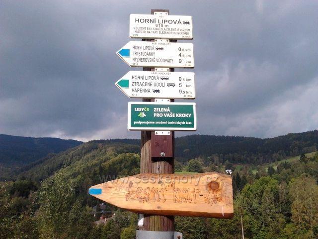 Horní Lipová - turistický rozcestník před železniční stanicí