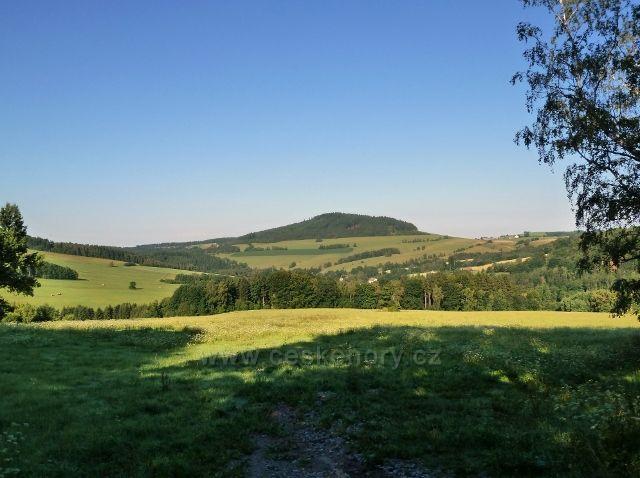 Mladkov - pohled od bývalých lesních školek na Studenecký vrch. v popředí část obce Celné