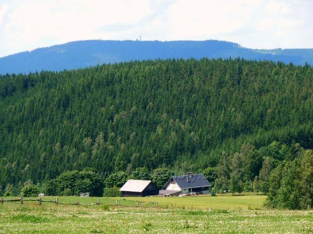 Pohled ze silničky přes Val na Lískovec - v pozadí je vidět masiv Suchého vrchu