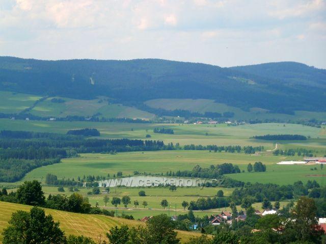 Pohled od klášterních schodů na Hedeči k Boříkovicím pod Suchým vrchem - v popředí je Králický rybník