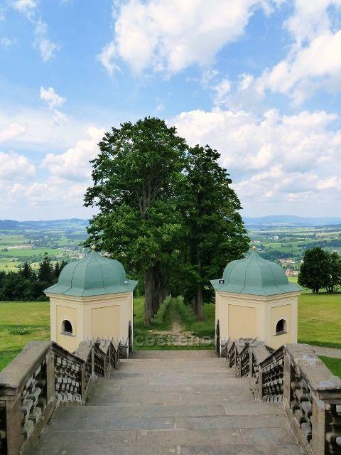 Hedeč -na  klášterní alej z Králík navazuje hlavní klášterní schodiště