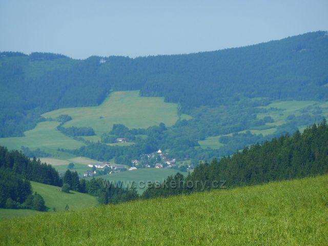 Sedlo Hvězda pod Suchým vrchem a pod ním obec Horní Boříkovice