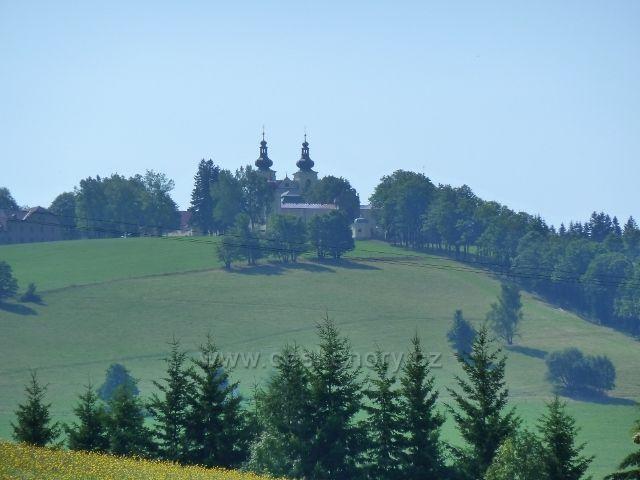 Pohled na Hedečský klášter od vojenské tvrze Hůrka