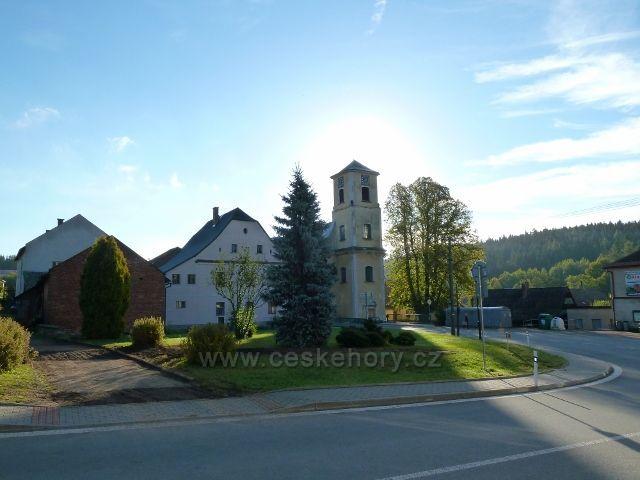 Mladkov - parčík a kostelík u hlavní křižovatky v obci