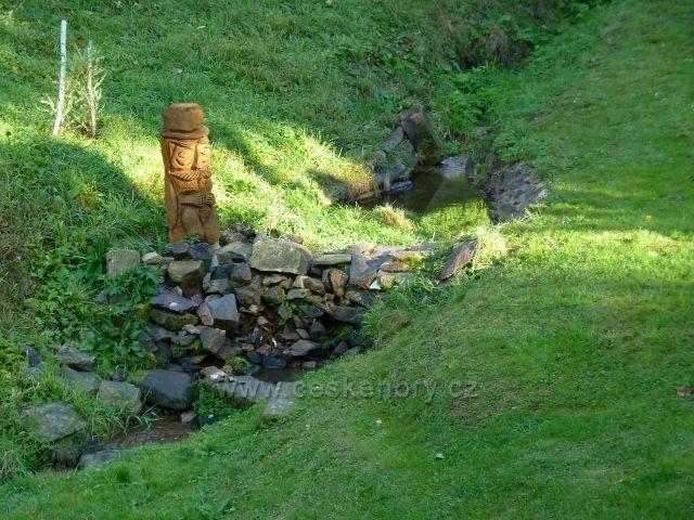 Petrovičky - dřevěná plastika u potoka v horní části obce