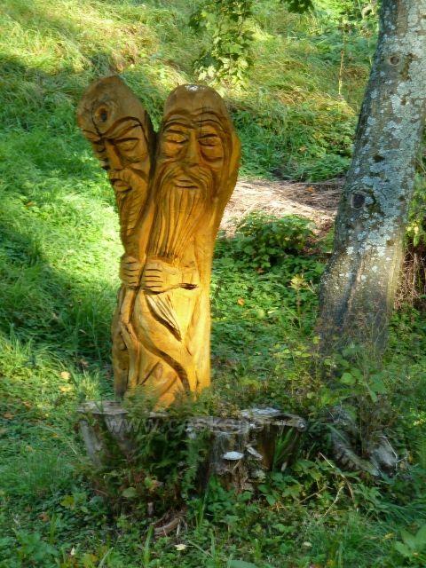 Petorvičky - dřevěná plastika u potoka v horní části obce
