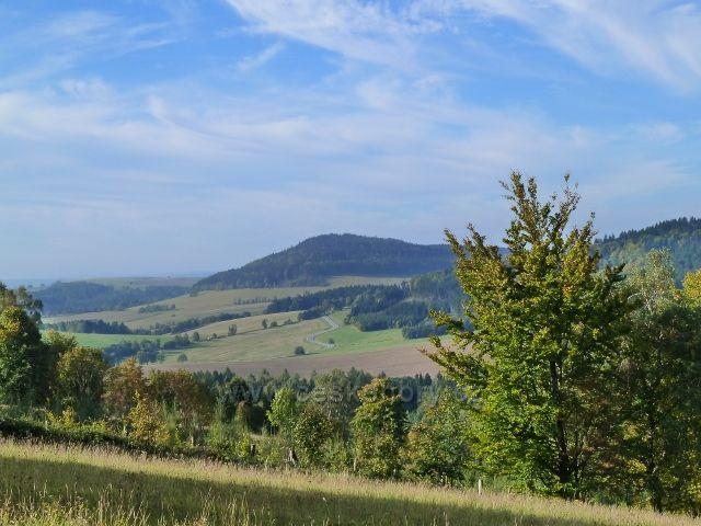 Petrovičky - pohled na Studenecký vrch ze silničky na úbočí Adamu