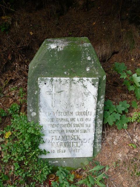 Petrovičky - pomníček poválečné tragedie u silničky z Petroviček  pod vrcholem Adamu